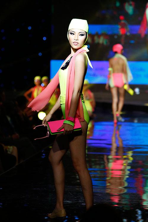 Thí sinh người mẫu đeo kính đen diện bikini - 11
