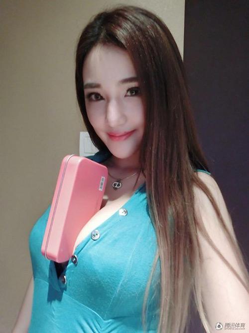 """""""Siêu vòng 1"""" Trung Quốc dùng ngực kẹp điện thoại - 3"""