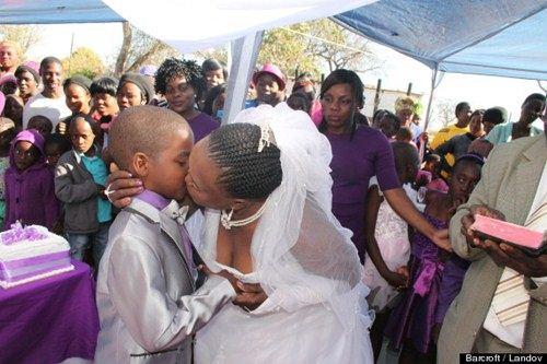 Cụ bà 61 tuổi kết hôn cùng cậu bé 9 tuổi - 1