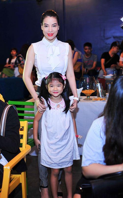 Con gái Trần Bảo Sơn xinh xắn bên mẹ - 4