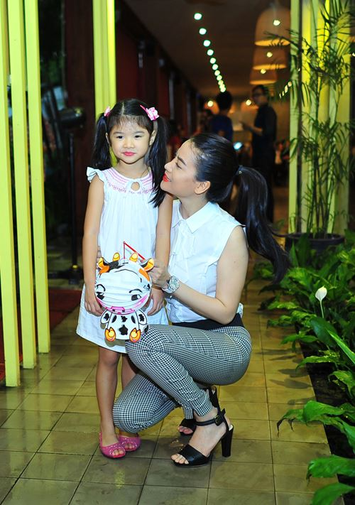 Con gái Trần Bảo Sơn xinh xắn bên mẹ - 1