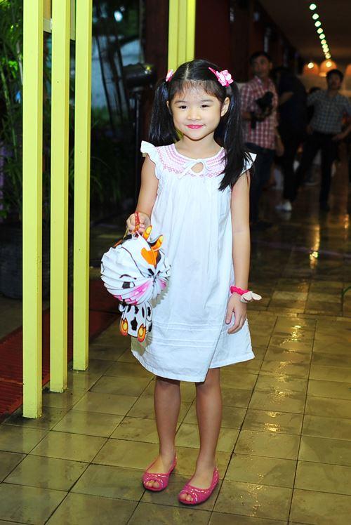 Con gái Trần Bảo Sơn xinh xắn bên mẹ - 3
