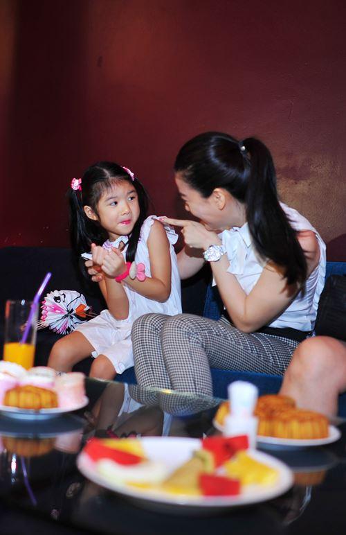 Con gái Trần Bảo Sơn xinh xắn bên mẹ - 5