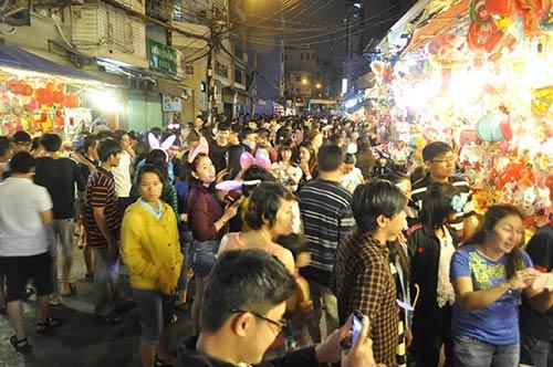 TP.HCM: Phố lồng đèn đông nghẹt người đêm Trung thu - 1