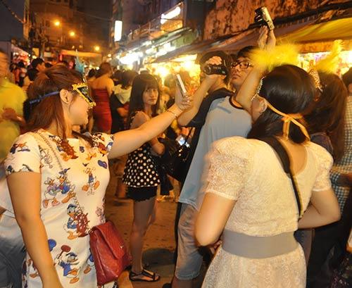 TP.HCM: Phố lồng đèn đông nghẹt người đêm Trung thu - 7