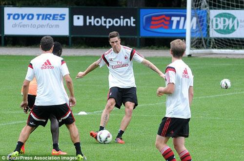 Đá tập cùng Milan, Torres gây ấn tượng mạnh - 1