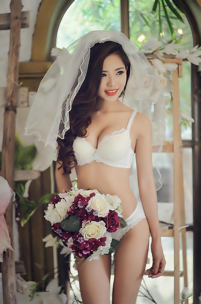DJ Thủy Tiên diện nội y cưới màu trắng truyền thống, nữ DJ rất yêu thích thiết kế thời trang và làm người mẫu ảnh trong những bức hình gợi cảm.