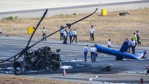 Cận cảnh trực thăng Mi-8 Nga cháy rụi khi hạ cánh - 1