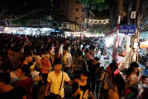 HN: Dân chen chân ở phố cổ trước đêm phá cỗ trông trăng - 2