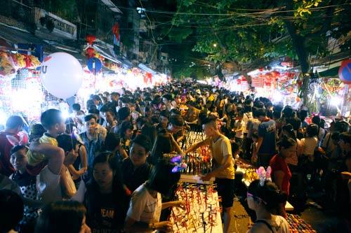 HN: Dân chen chân ở phố cổ trước đêm phá cỗ trông trăng - 18