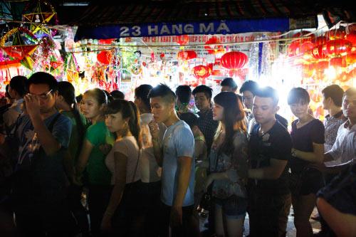 HN: Dân chen chân ở phố cổ trước đêm phá cỗ trông trăng - 5