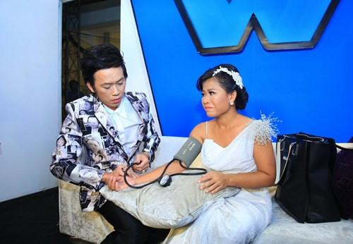Hoài Linh đo huyết áp cho con nuôi trong cánh gà - 2