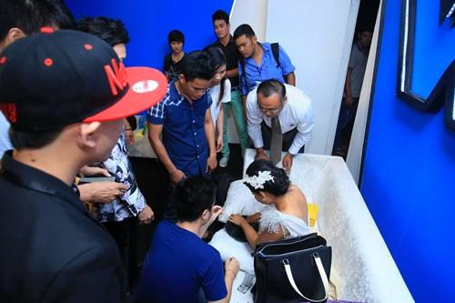 Hoài Linh đo huyết áp cho con nuôi trong cánh gà - 3