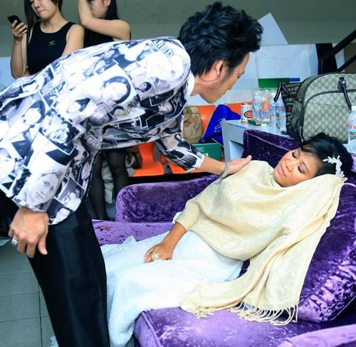 Hoài Linh đo huyết áp cho con nuôi trong cánh gà - 6