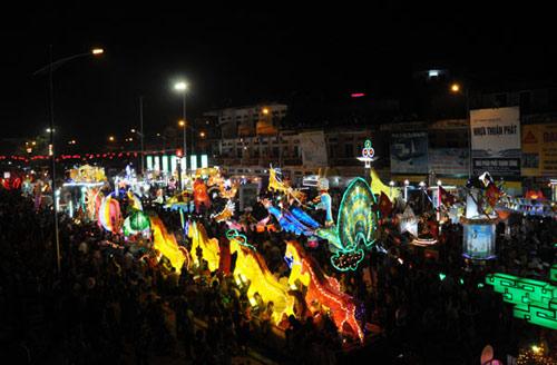 100 đèn lồng khổng lồ hội tụ ở đêm Trung thu lớn nhất VN - 1