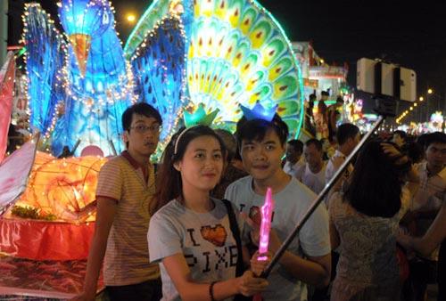 100 đèn lồng khổng lồ hội tụ ở đêm Trung thu lớn nhất VN - 11