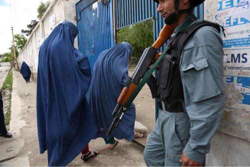 """Afghanistan: Tử hình 7 """"cảnh sát"""" hiếp dâm tập thể - 3"""