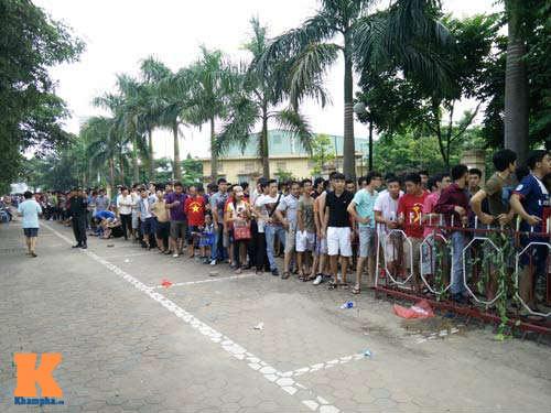 Xếp hàng từ 2 giờ sáng để mua vé xem U19 Việt Nam - 1