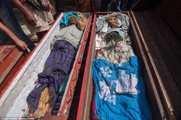 Nghi lễ đào xác chết, tắm rửa và dẫn về nhà - 4