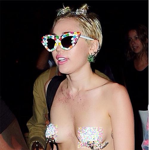 Miley che ngực bằng băng dính tới mừng Alexander Wang - 1
