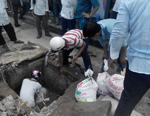 Vụ bé trai rớt cống: Hàng trăm người chặn dòng chảy - 1