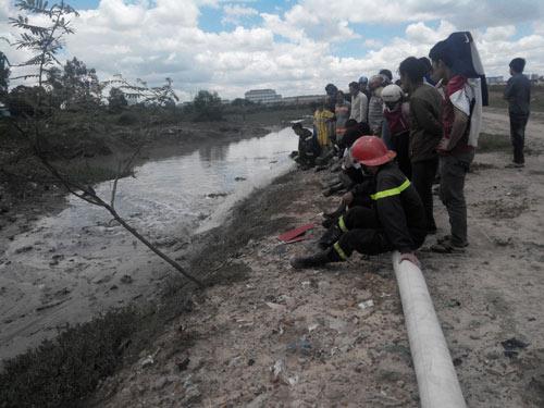 Vụ bé trai rớt cống: Hàng trăm người chặn dòng chảy - 2