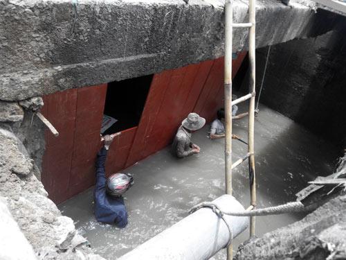 Vụ bé trai rớt cống: Hàng trăm người chặn dòng chảy - 3