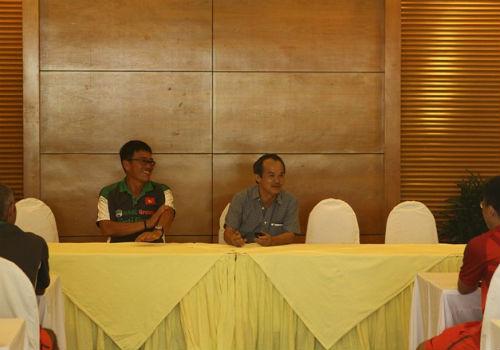 Bầu Đức tới khách sạn họp kín cùng U19 Việt Nam - 12