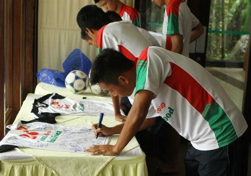 Bầu Đức tới khách sạn họp kín cùng U19 Việt Nam - 7