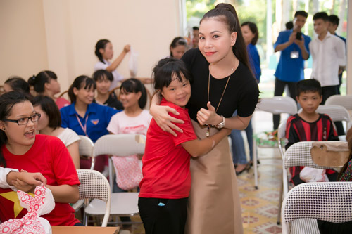 Trà Hằng xuyên Việt mang Trung thu đến người nghèo, trẻ bất hạnh - 4