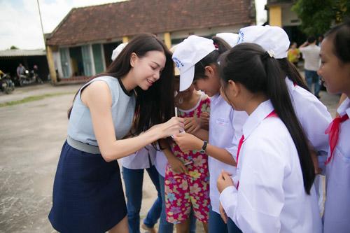 Trà Hằng xuyên Việt mang Trung thu đến người nghèo, trẻ bất hạnh - 11