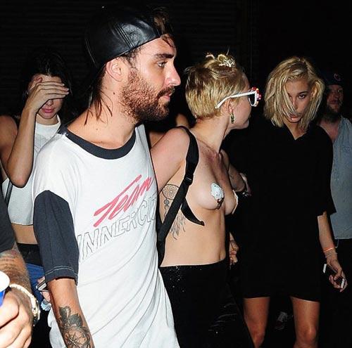 """Miley Cyrus """"cởi trần"""" xuống phố - 2"""