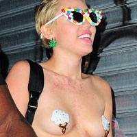 """Miley Cyrus """"cởi trần"""" xuống phố"""