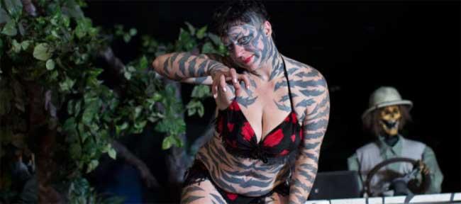 Katzen Hobbes (Austin, Texas, Mỹ) đã quyết định xăm lên cơ thể mình những vệt vằn giống da hổ.