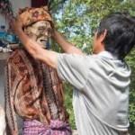 Phi thường - kỳ quặc - Nghi lễ đào xác chết, tắm rửa và dẫn về nhà