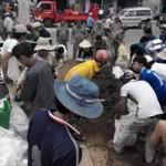 Tin tức trong ngày - Vụ bé trai rớt cống: Hàng trăm người chặn dòng chảy