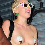 """Ca nhạc - MTV - Miley Cyrus """"cởi trần"""" xuống phố"""