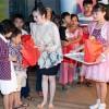 Lý Nhã Kỳ đi chân trần trao quà trung thu cho các em nhỏ