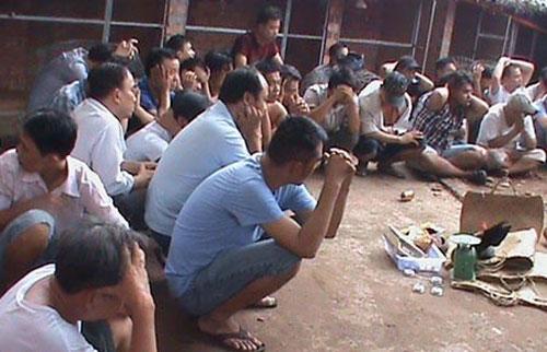 Gần 50 người trong trường gà bị trinh sát vây bắt - 1