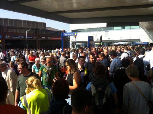 Anh: Hàng ngàn người hoảng loạn vì túi đồ uốn tóc - 1