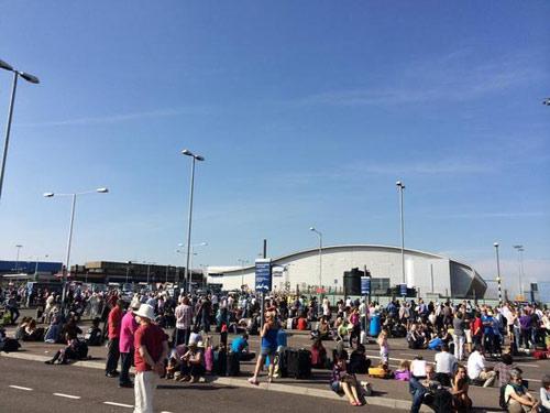 Anh: Hàng ngàn người hoảng loạn vì túi đồ uốn tóc - 2