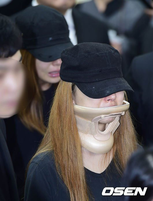 Đám tang đẫm nước mắt của nữ ca sỹ Hàn 23 tuổi - 7