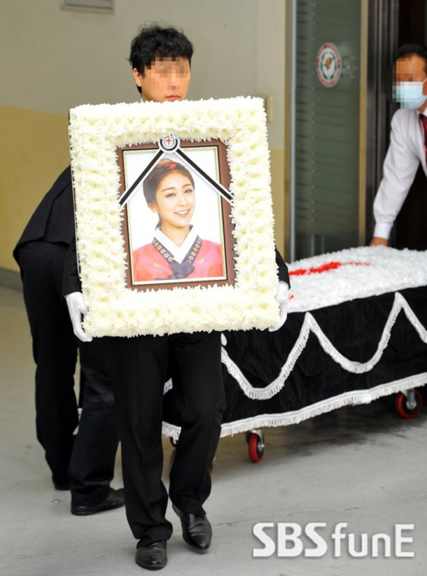 Đám tang đẫm nước mắt của nữ ca sỹ Hàn 23 tuổi - 1