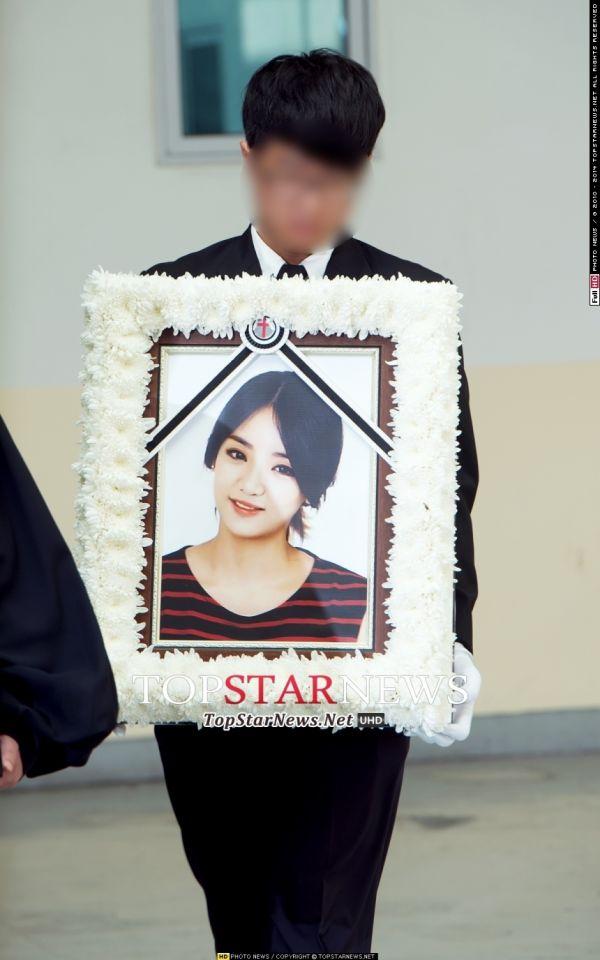 Đám tang đẫm nước mắt của nữ ca sỹ Hàn 23 tuổi - 8