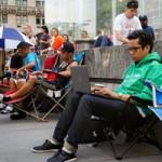 Dế sắp ra lò - Dòng người xếp hàng chờ mua iPhone 6 trong đêm nay
