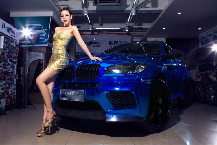 Chân dài tạo dáng tự tin bên xe BMW - 1