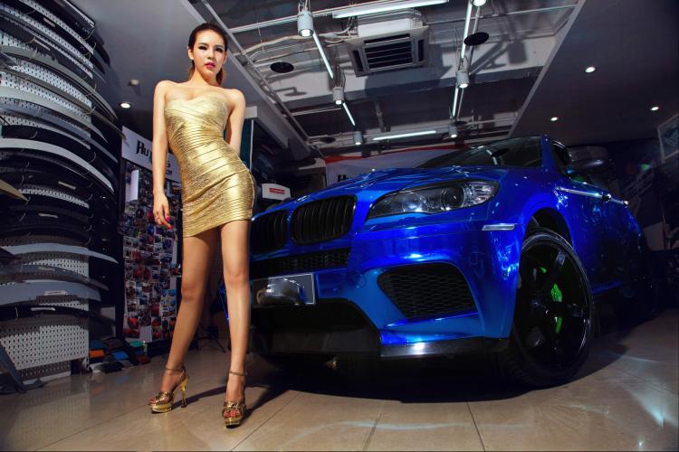 Chân dài tạo dáng tự tin bên xe BMW - 2