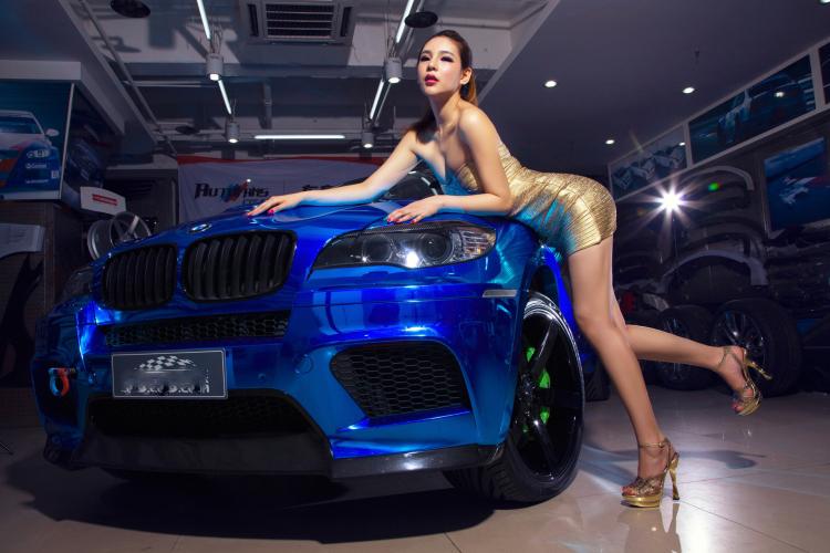 Chân dài tạo dáng tự tin bên xe BMW - 3