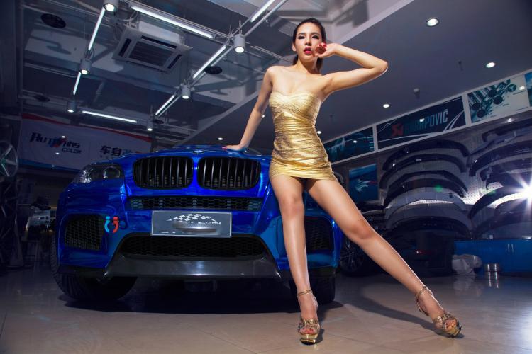 Chân dài tạo dáng tự tin bên xe BMW - 5