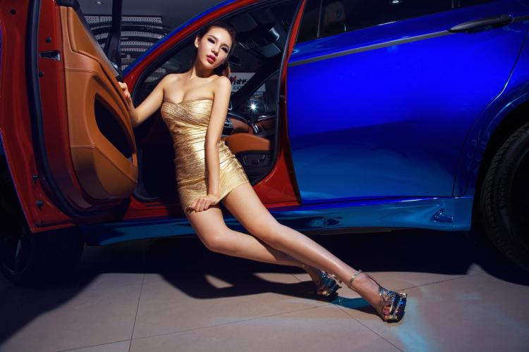 Chân dài tạo dáng tự tin bên xe BMW - 8